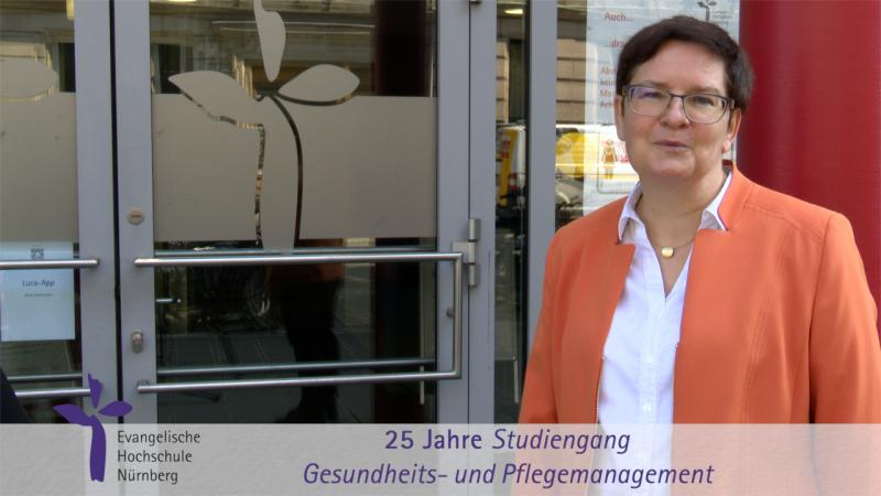 Prof. Dr. Brigitte Bürkle vor dem Hochschuleingang