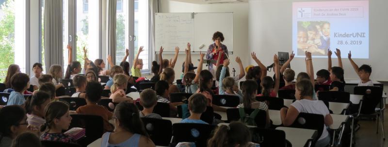 Viele aufmerksame Nachwuchs-Studierende bei der KinderUni