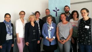 Bild (v.r.n.l.): Gudrun Reiß (Demenzagentur Bayern), Kerstin Hollfelder (Demenzagentur Bayern), Wolfgang Joa (Demenzagentur Bayern), Dominice Blome (Demenzagentur Bayern), Prof. Dr. Städler-Mach (EVHN), Prof. Dr. Jürgen Härlein (EVHN), Prof. Dr. Christine Brendebach (EVHN), Prof. Dr. Helene Ignatzi (EVHN), Dr. Susanne Held (StMGP), Dorothee Bauernschmidt (EVHN)