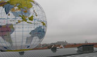 Weltkugel-Wasserball vor Stadtansicht Nürnberg